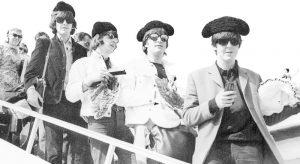 Los Beatles descendiendo las escalerillas del avión en el aeropuerto de El Prat, Barcelona, 1965 Los Beatles en España