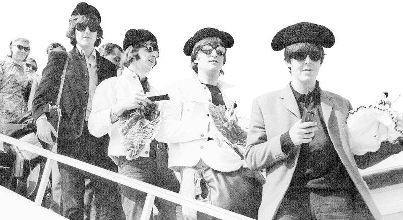 Los Beatles descendiendo las escalerillas del avión en el aeropuerto de El Prat, Barcelona, 1965