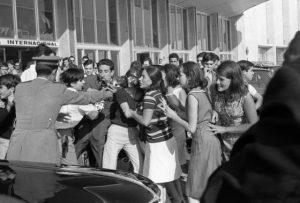 Fans en Barajas el día de la llegada de los Beatles a España en 1965