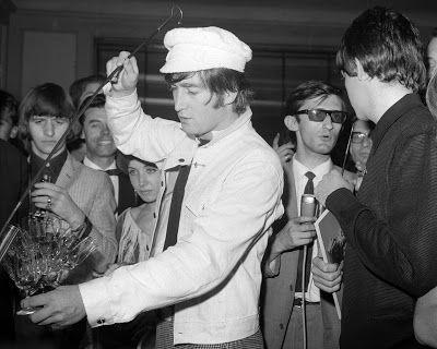 John Lennon sirviendo Jerez Los Beatles en España