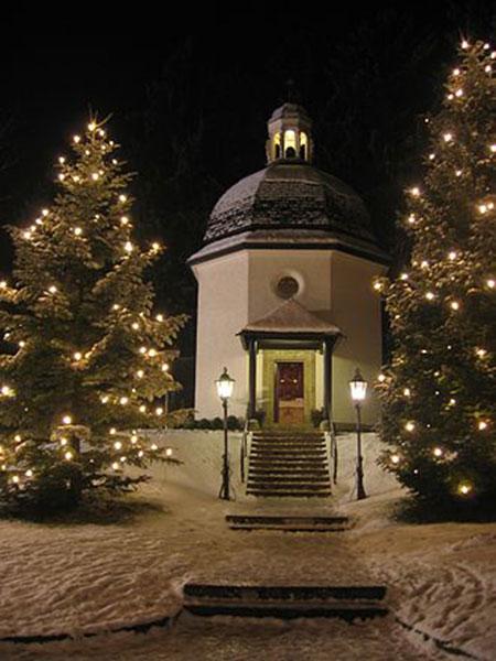 Actualmente la Stille-Nacht-Kapelle sustituye a la Iglesia de San Nicolás original que fue gravemente dañada por inundaciones a finales del siglo XIX