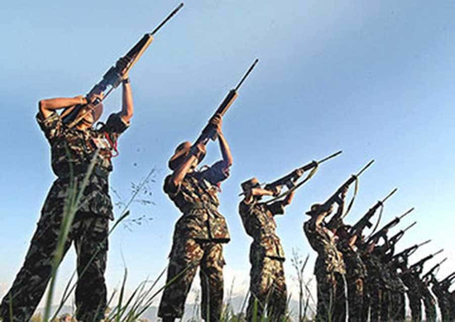 Soldados disparando al aire