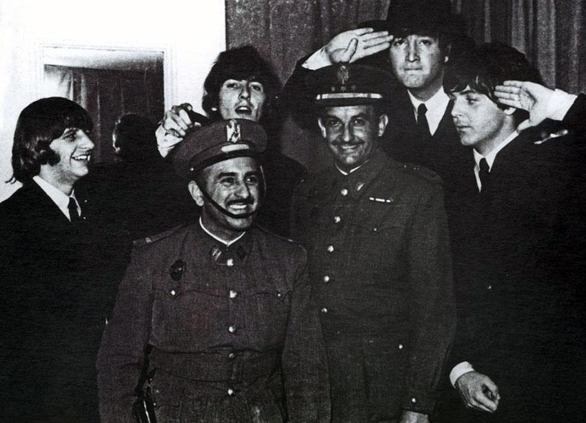 Los Beatles y dos policías en Barcelona