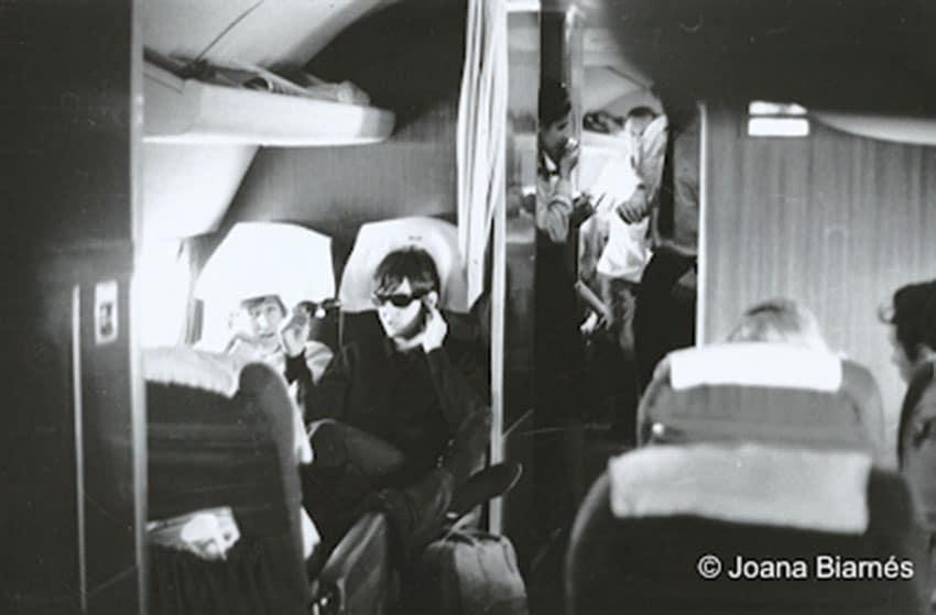 Los Beatles fotografiados en el avión por Joana Biarnés