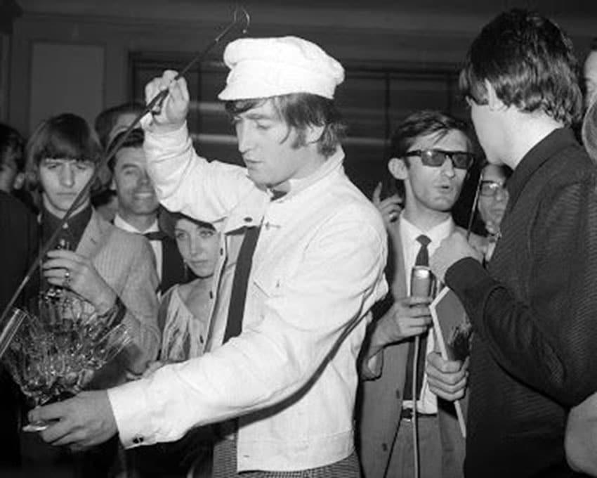 John Lennon sirviendo Jerez