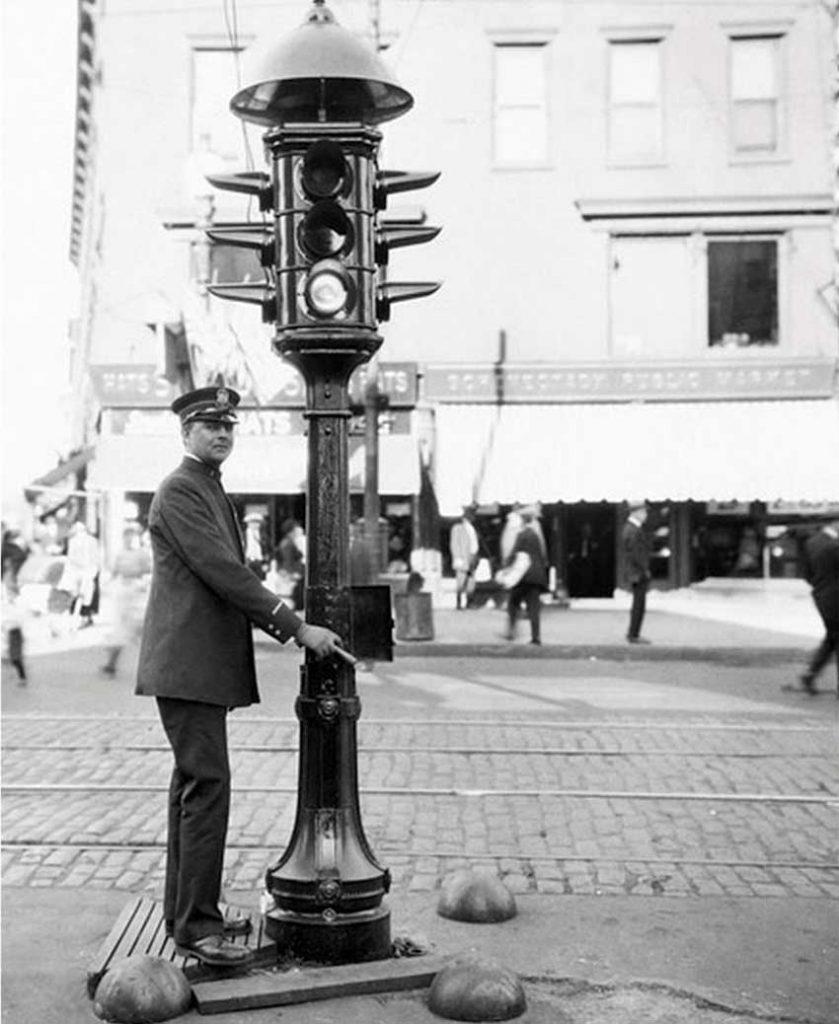 Primer modelo de semáforo eléctrico y Garret Morgan, su inventor