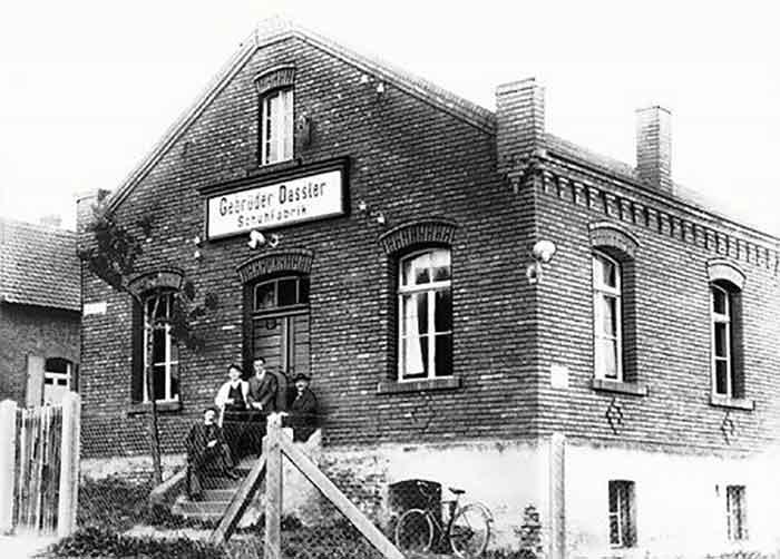 La fábrica de Gebrüder Dassler Schuhfabrik - el café de la historia adidas versus puma