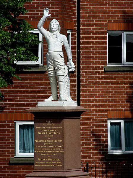 La caótica travesía de la flota rusa del Báltico - El café de la Historia Estatua erigida en Hull en memoria de los tres pescadores fallecidos