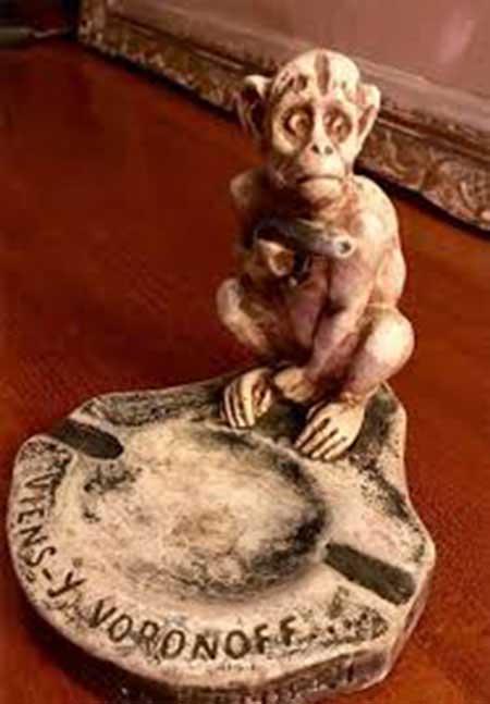 Cenicero con un mono