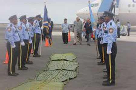 Miembros del cuerpo de policía de las Marshall recibiendo una visita oficial